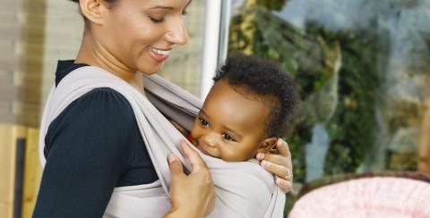 Echarpe de portage ou porte-bébé ? C'est vous qui décidez !