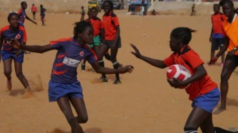 Un sport bien peu commun en Afrique séduit les femmes sénégalaises : le Rugby