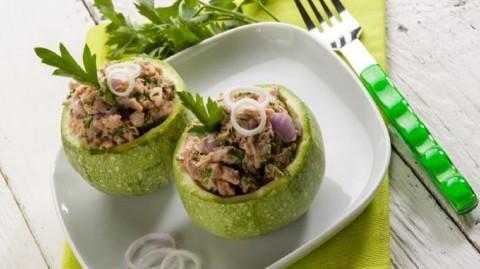 Recette minceur : courgettes farcies au thon, coulis de tomate et persil