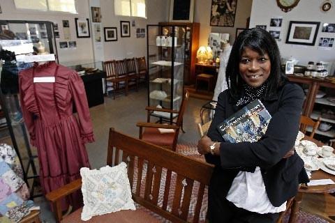 Olga Ntap dans son musée de la femme