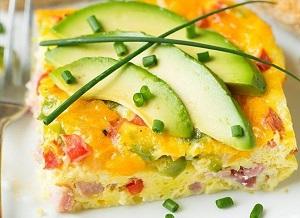 une tranche d'omelette à déguster avec des avocats ou de la tomate fraiche, selon le goût