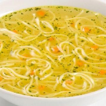 il fait froid, essayez la soupe au poulet et vermicelle