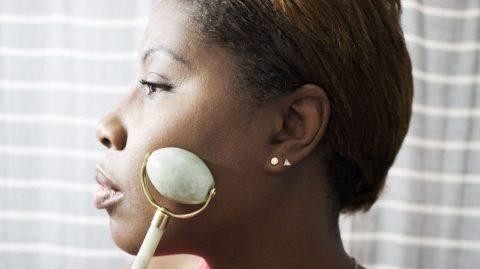 Voici le nouvel accessoire beauté qui fait le buzz : le rouleau de jade !