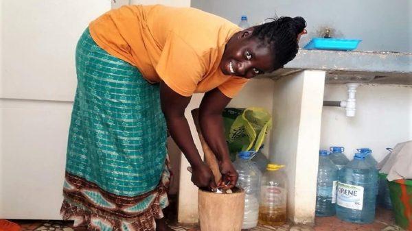 Le soupe kandja de Aissatou : mesdames, à vos pilons!