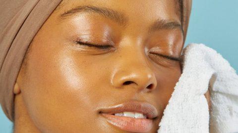Skin fitness : 3 gestes faciles pour prendre soin de sa peau à la maison