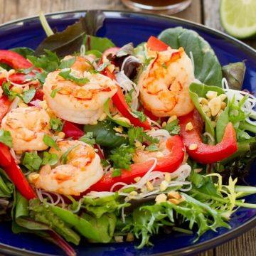 frais et délicieux, la salade thaï aux crevettes